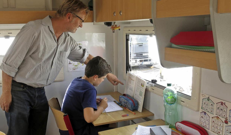 Lehrer Ulrich Siering unterrichtt seinen einzigen Schüler Damian Mavriqi  | Foto: Georg Voß