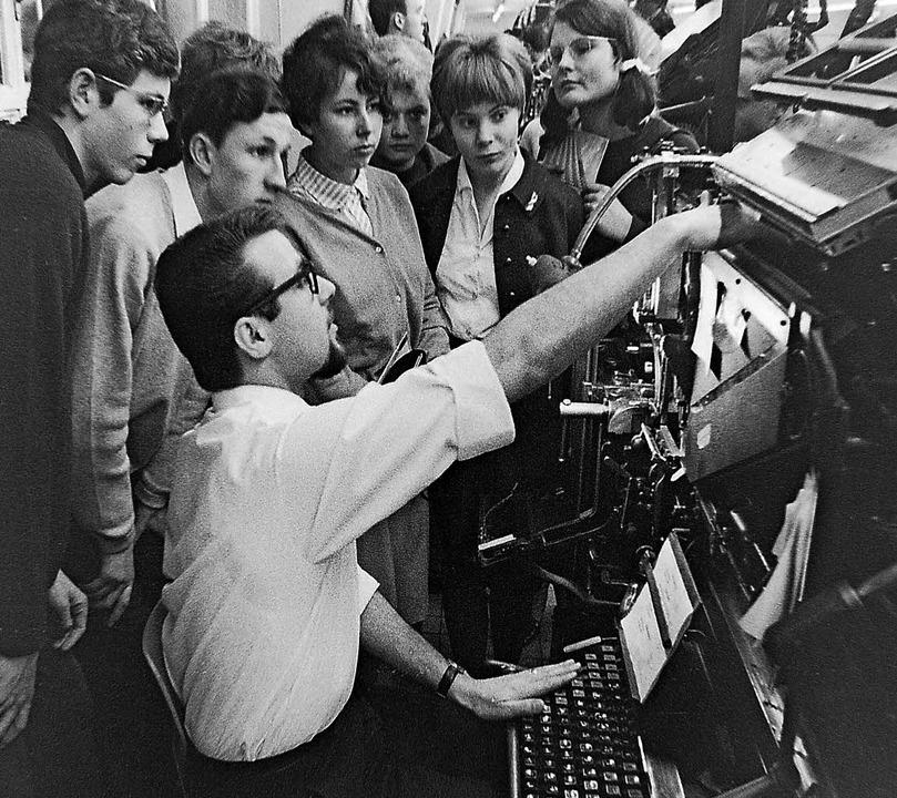 Den journalistischen Nachwuchs im Blic... Jahr 1966 bei einer Druckereiführung.  | Foto: Armin E. Möller