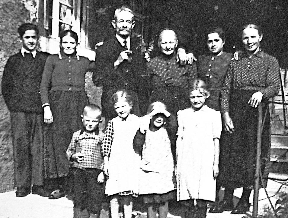 Drei Generationen auf dem Pflingsthof:...hren Kindern und Enkelkindern um 1945.    Foto: Beate Zehnle-Lehmann