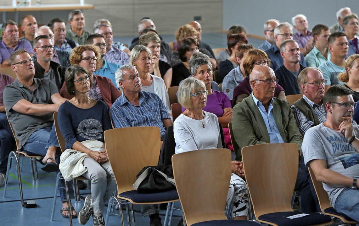 Die Wähler informieren sich über die Programme der beiden Kandidaten     Foto: Christoph Breithaupt