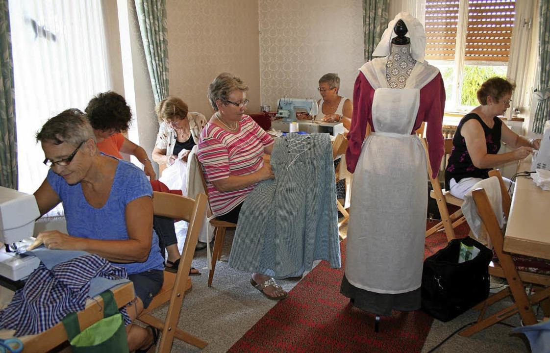 Die eifrigen Näherinnen aus Mahlberg und das historische Modell   | Foto: Michael Masson