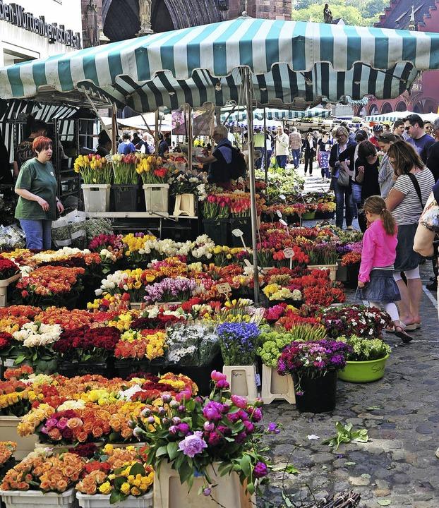 Für seine Farben und seine Atmosphäre ist der  Münstermarkt berühmt.     Foto: Thomas Kunz