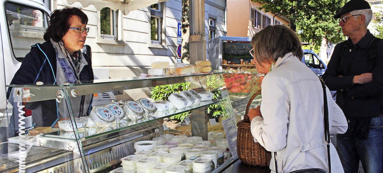 Bieten an ihrem Stand Käseleckereien a... Sutter von der Chäs-Chuchi Gersbach.   | Foto: Anja Bertsch