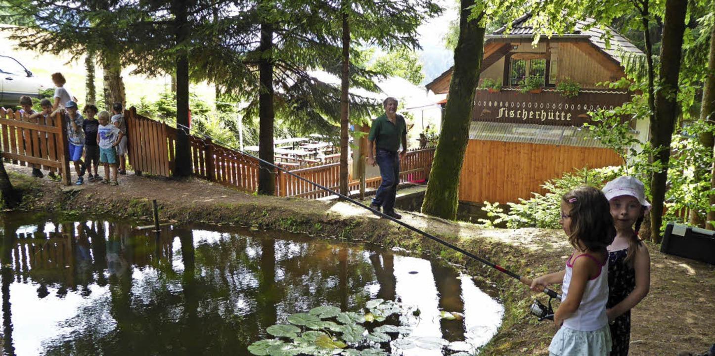 Kleines Idyll mit Tischen, Fischen und...Fischerhütte unweit vom Goldenen Kopf.  | Foto: Roland Gutjahr