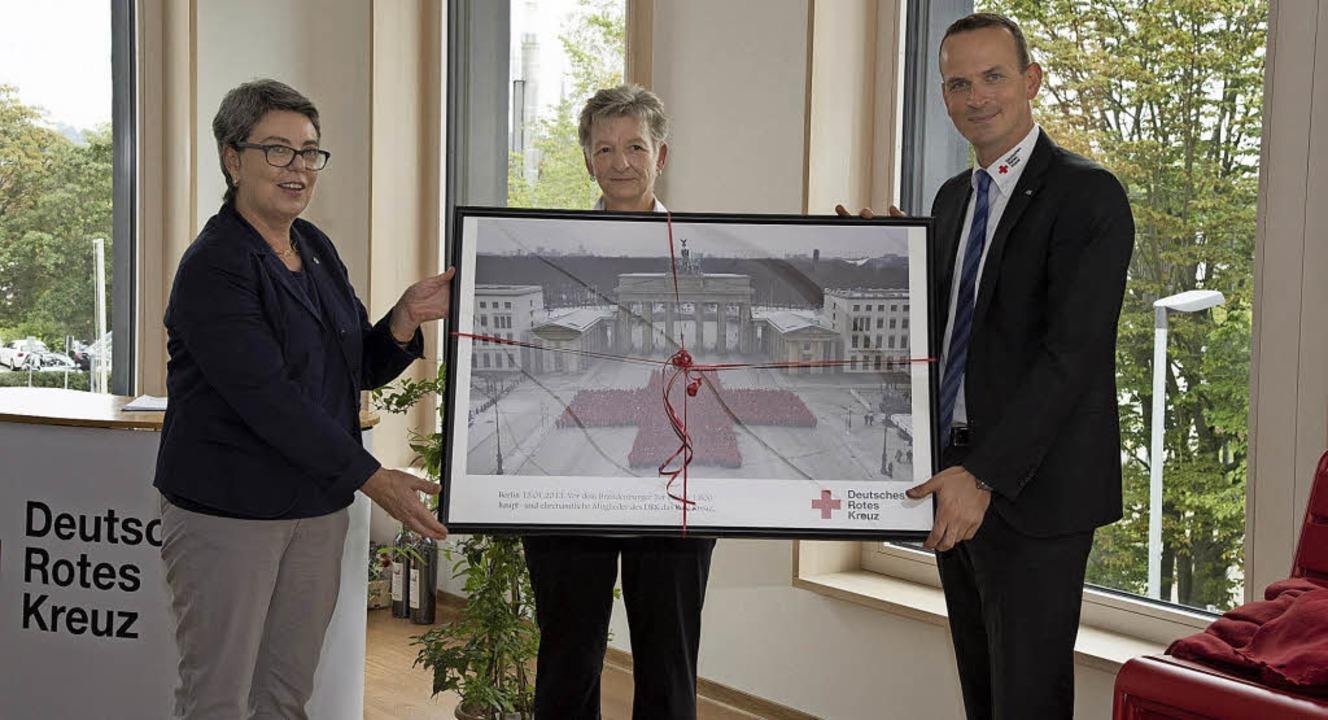 Geschenk vom Landesverband: Landesgesc...ührer Gerlinde Engler und Kai Ullwer.     Foto: Volker Münch