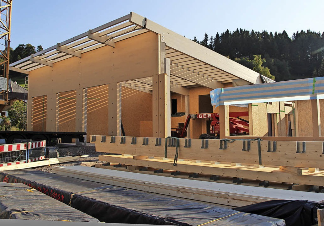 Das neue Feuerwehrgerätehaus wächst in die Höhe.  | Foto: Eva Korinth