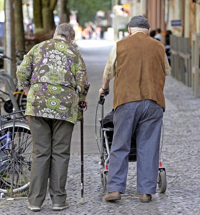 Fit im Kopf, aber schwach auf den Beinen, sind viele Senioren.     Foto: dpa