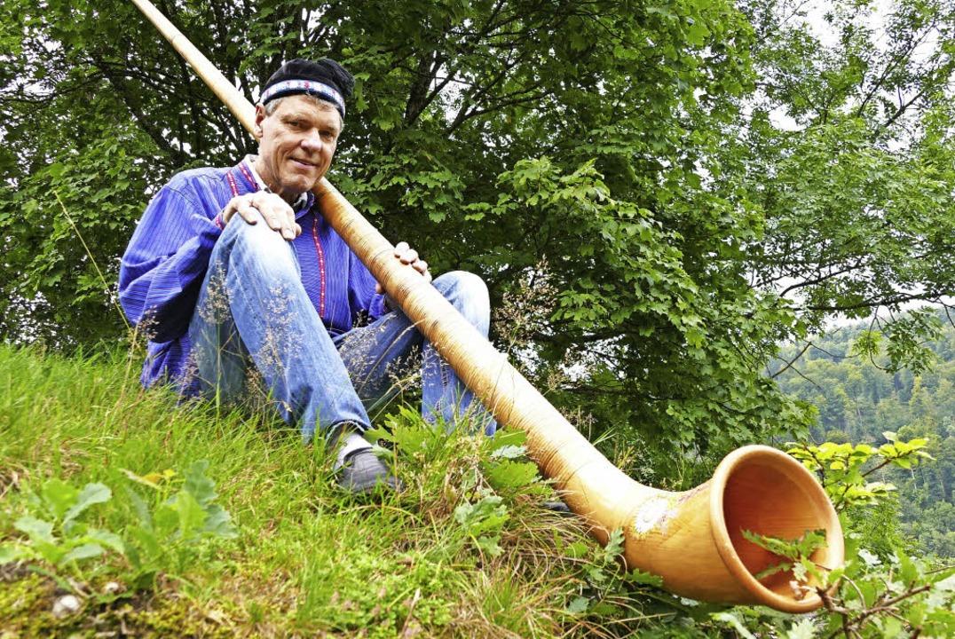 Wenn Reinhard Marterer auf einem Hügel...t in den Genuss einer Alphornmelodie.   | Foto: Susanne Filz