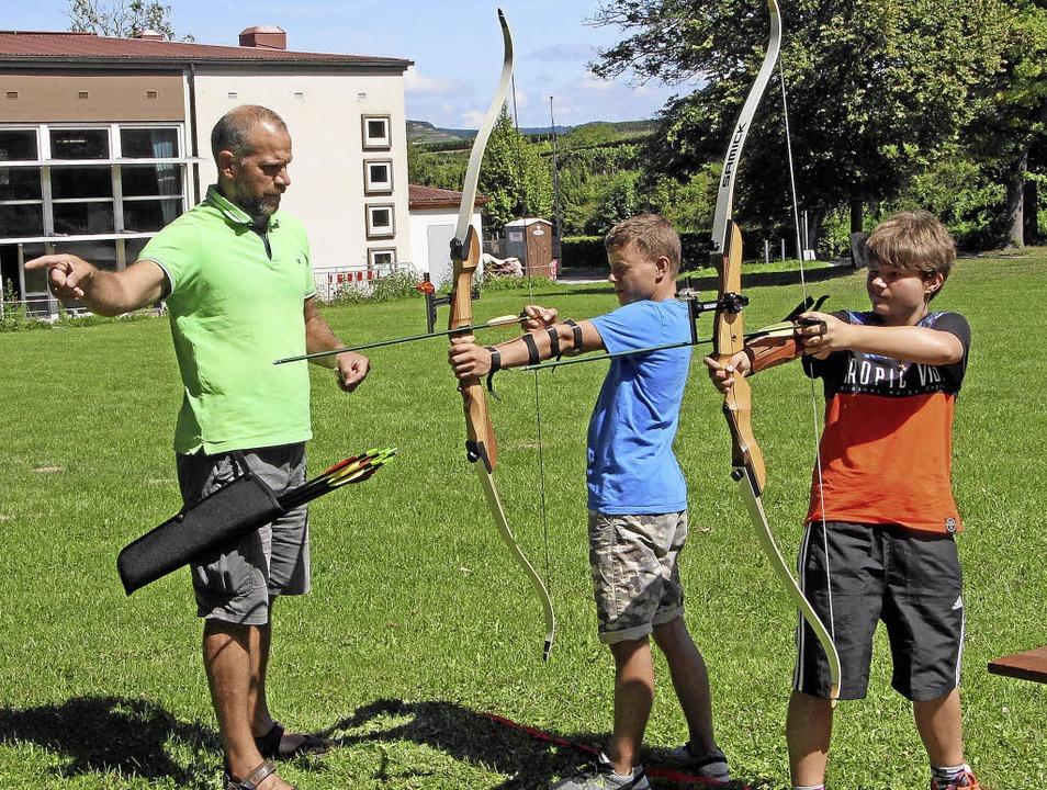 Andreas Kiefer (links) erklärt den  Ge...orauf es beim  Bogenschießen ankommt.     Foto: Herbert trogus