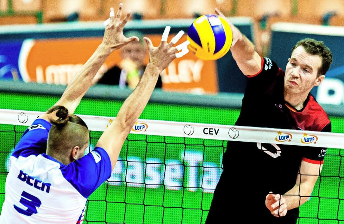 Der deutsche Spieler Denys Kaliberda (...hen Marek Beer nicht geblockt werden.   | Foto: dpa