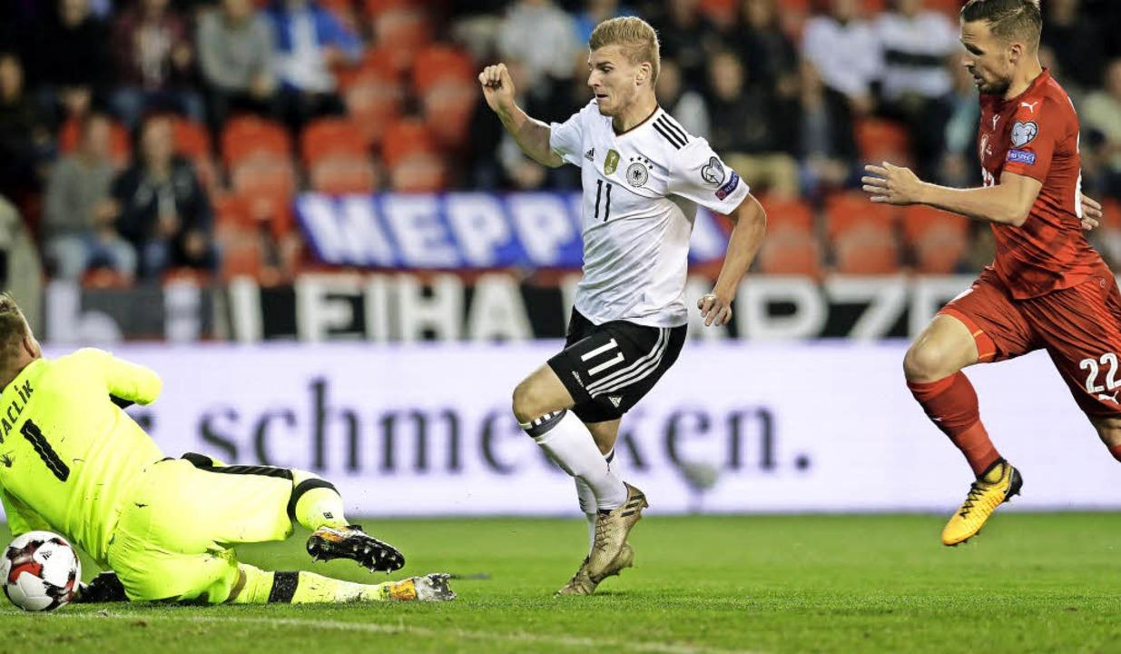 Timo Werner (weißes Trikot) erzielt hier das 1:0 für die deutsche Nationalelf.   | Foto: dpa