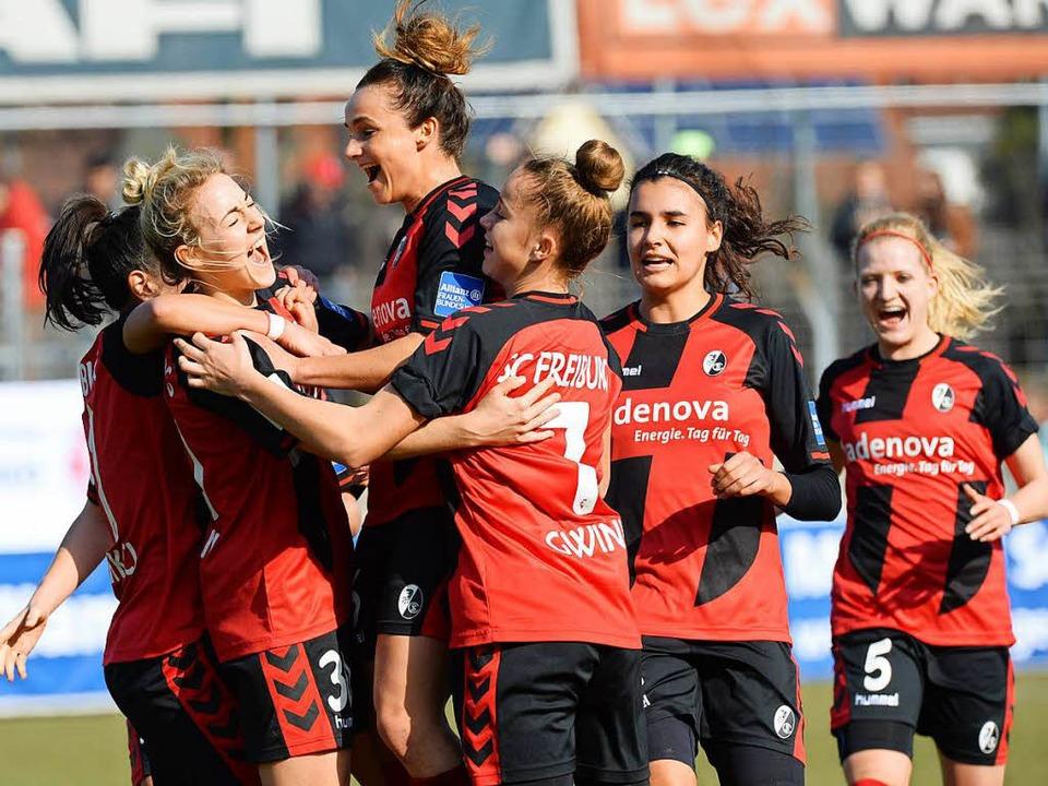 Die Fußballerinnen des SC  freuen sich...m Sonntag spielen sie gegen Duisburg.     Foto: PATRICK SEEGER