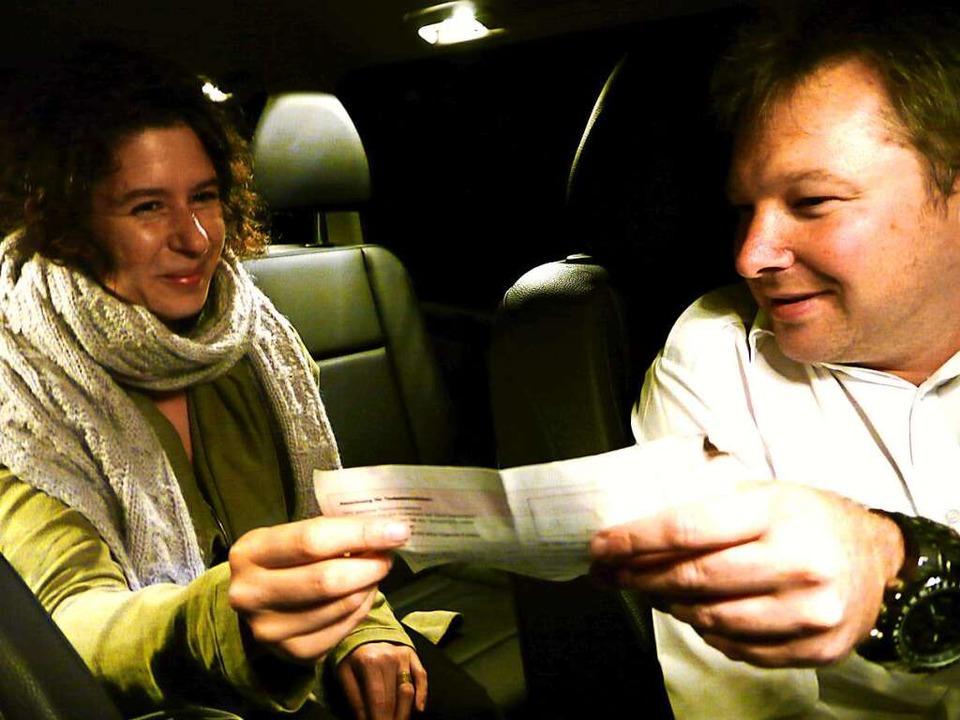 Statt Bargeld nimmt Ingo Metzger hier ...Taxigutschein von der Bahn in Empfang.  | Foto: Annemarie Zwick