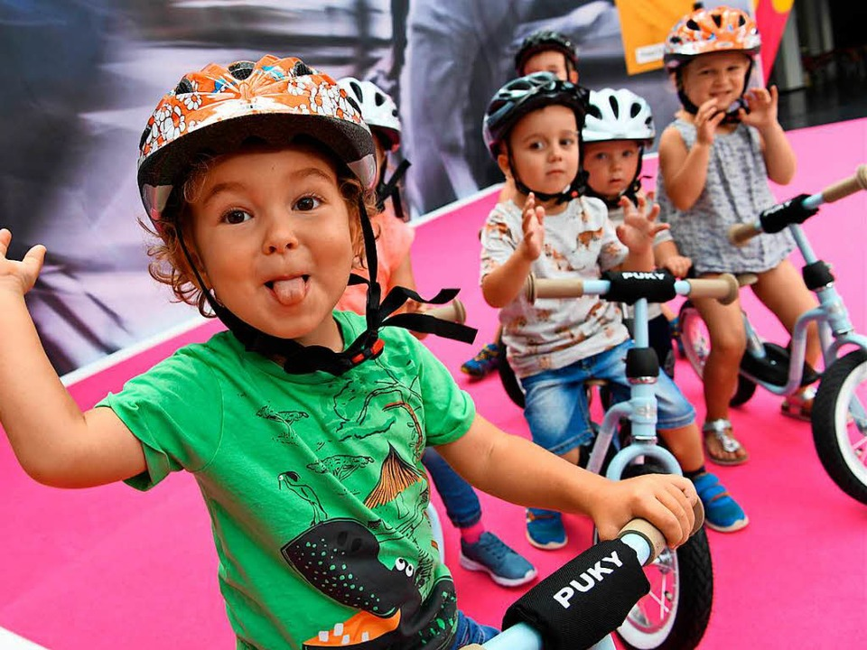 Erste Versuche auf zwei Rädern: Die Eu... das Schaufenster der Fahrrad-Branche.    Foto: dpa