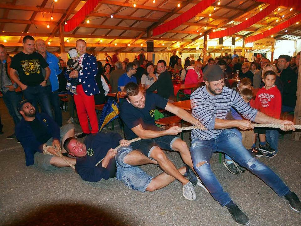 Zur schweißtreibenden Angelegenheit ge...auziehen beim Hörnlefest in Wallbach.   | Foto: Marion Rank