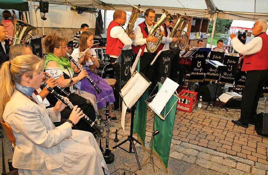 Die Fidelen Dorfmusikanten ließen sich...n Köchen vom Musikverein Rickenbach.    | Foto: Peter Schütz