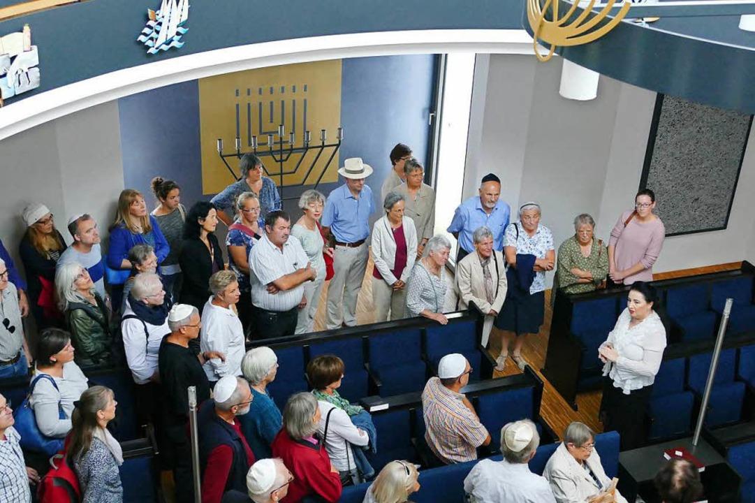 Rachel Scheinker führte am Tag der Jüd...e Gruppe durch die Lörracher Synagoge.    Foto: Sabine Ehrentreich