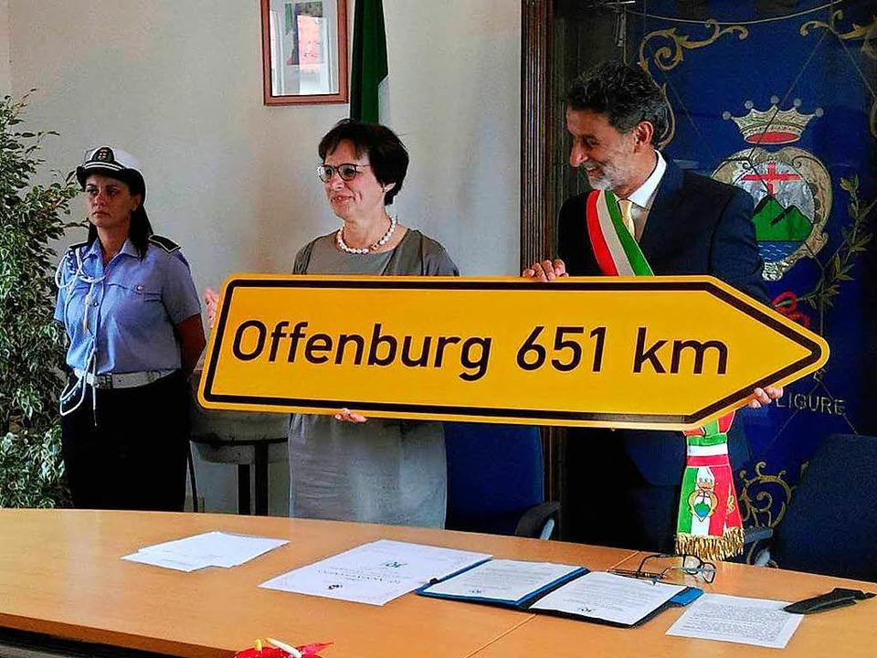 Offenburgs OB Edith Schreiner überreic...anzangabe zwischen den Partnerstädten.  | Foto: Enzo Matteo