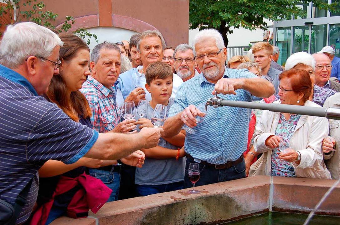 Das alljährliche Wunder von Malterding... dem Brunnen fließt Wein statt Wasser.    Foto: Christian Ringwald