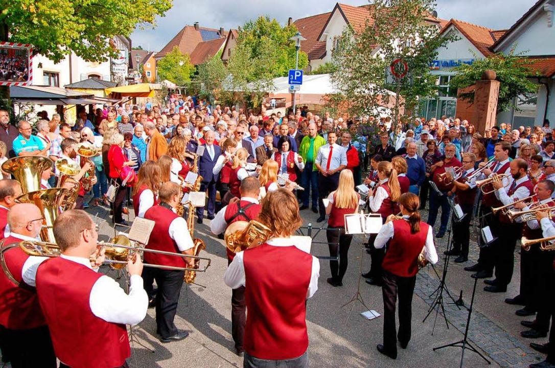 Wenn die Musik spielt und es Wein gibt, ist der Malterdinger Rathausplatz voll!    Foto: Christian Ringwald