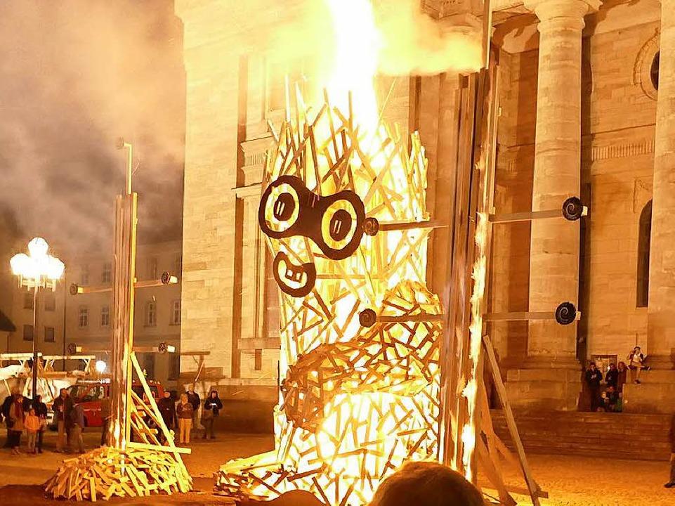"""Ihr """"Inneres Feuer"""" zeigte...ance auf dem Domplatz am Samstagabend.    Foto: Claudia Renk"""