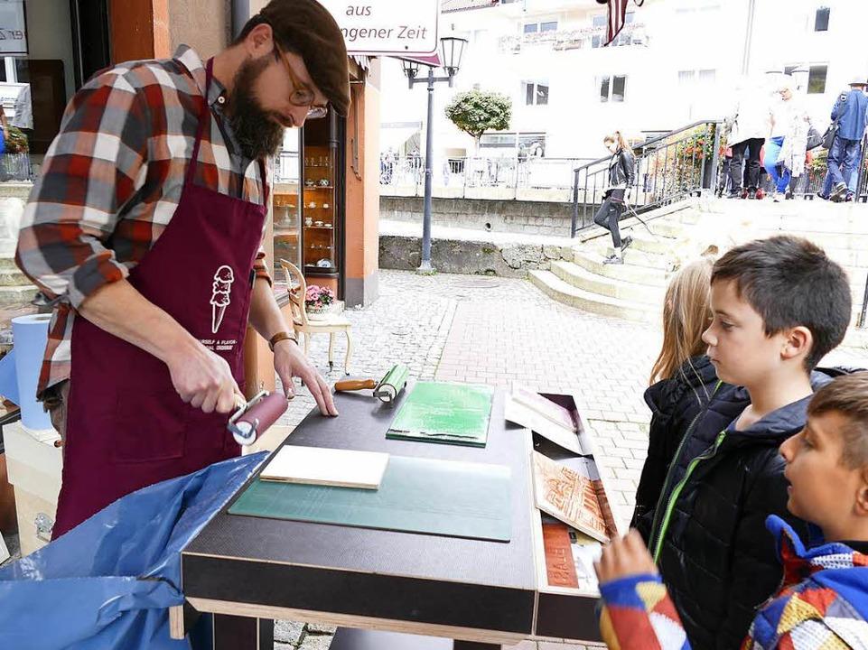 Holz- und Linolschnitt gab es auf dem Kunsthandwerkermarkt am Sonntag zu sehen.    Foto: Claudia Renk