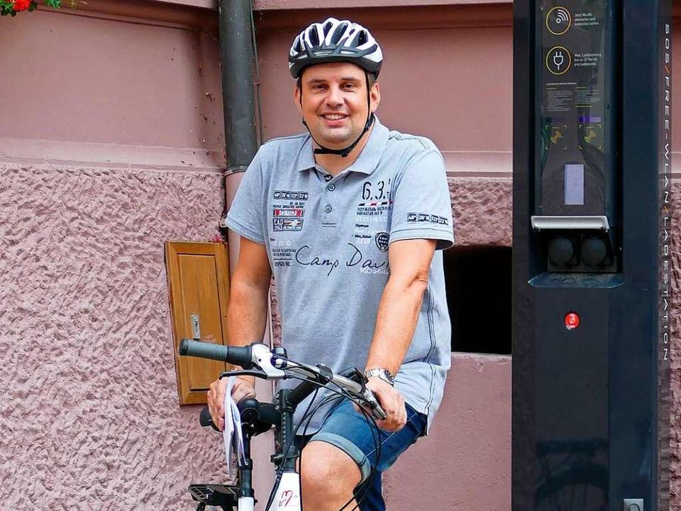 Auf dem E-Bike geht es weiter zur E-Ladesäule am Rathaus.    Foto: Lena Marie Jörger