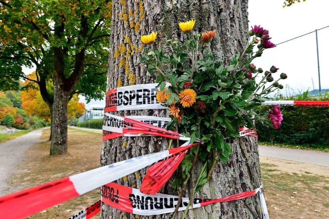 Ein Blumenstrauß an der Nähe des Tatorts an der Dreisam.  | Foto: Thomas Kunz