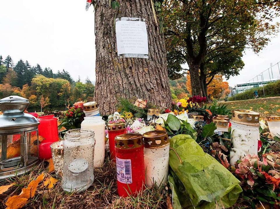 Am Tatort an der Dreisam erinnern Mens... und Blumen an die getötete Studentin.  | Foto: dpa