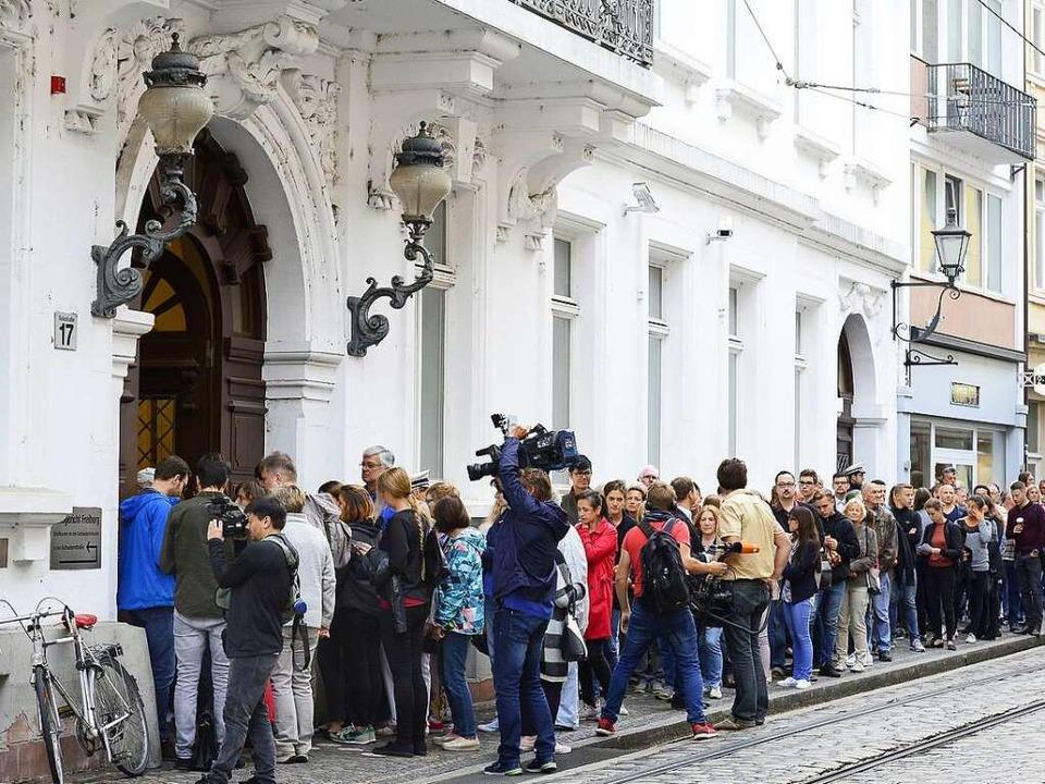 Schon morgens um acht war der Andrang vor dem Landgericht groß.  | Foto: Ingo Schneider
