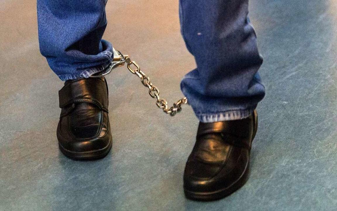 Der im Fall Maria L. angeklagte Hussei...den Verhandlungssaal des Landgerichts.  | Foto: dpa