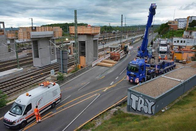 B 3 gesperrt – Montage der Bahnsteigzugänge hat begonnen