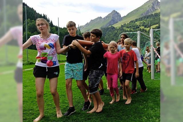 50 Kinder reisen in den Alpen durch Gegenwart und Vergangenheit