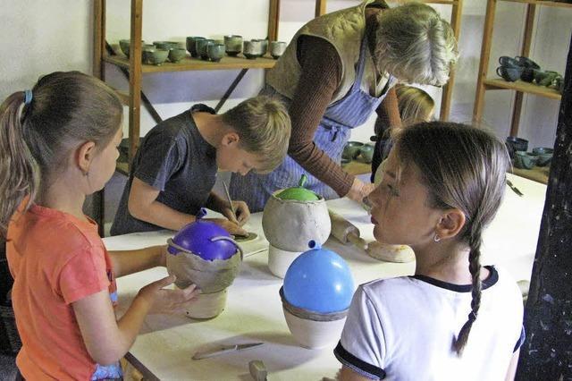 Kinder arbeiten mit Ton