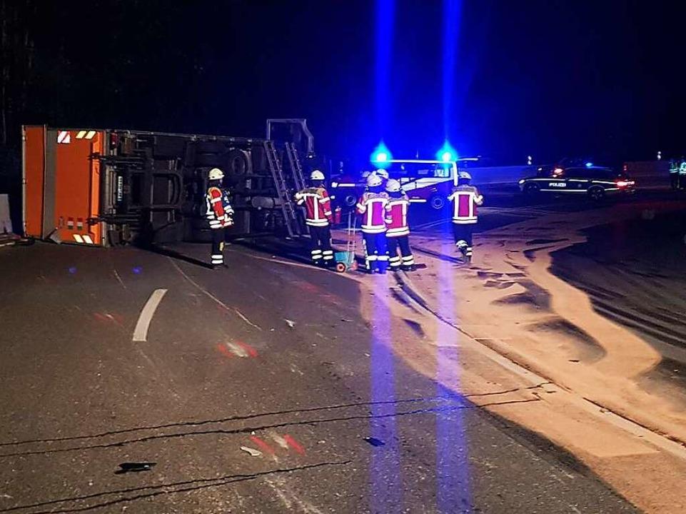 Bei dem Unfall auf der B31 trat viel Kraftstoff aus.   | Foto: kamera24