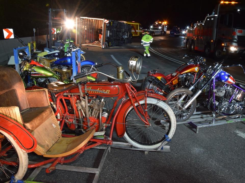 Der Laster hatte historische Motorräde...ng in Freiburg gezeigt werden sollten.  | Foto: kamera24