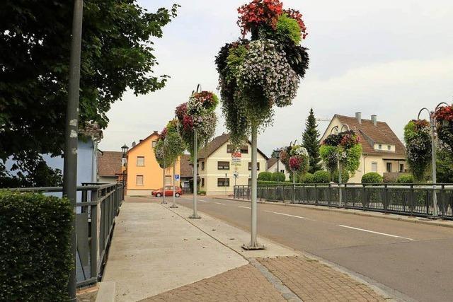 Bachbrücke mit neuem Belag und Geländer