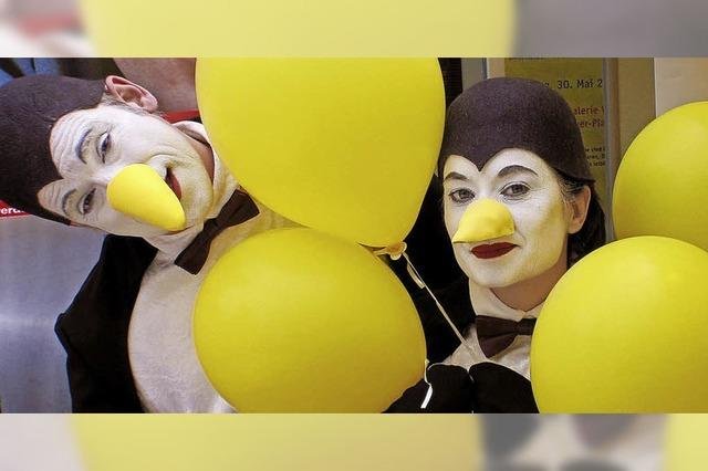 Pinguine und Smarties beim Straßenfest
