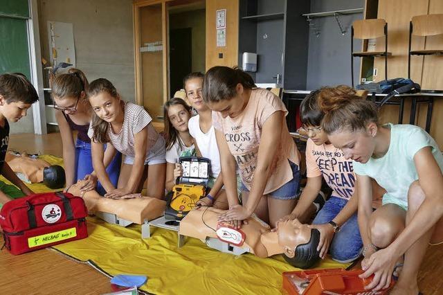 Schulsanitäter zeigen, wie einfach es ist zu helfen