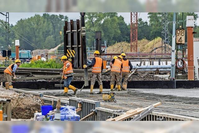 Erste Betonplatte über dem beschädigten Bahntunnel