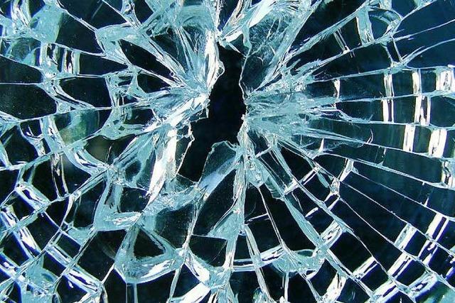 LkW-Fahrer zertrümmert Frontscheibe und schlägt Autofahrer ins Gesicht