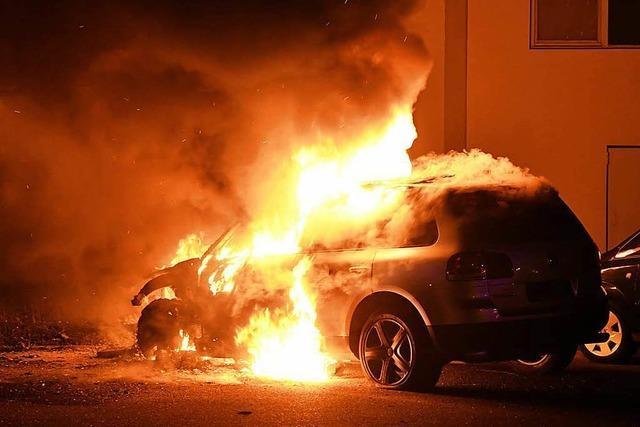 Fahrzeug und Container brennen: Feuerwehr zweimal im Einsatz
