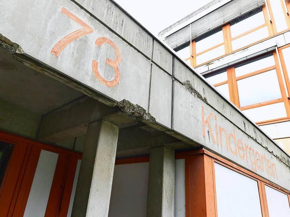Der Beton am Haus Weingarten  bröckelt...artens mit der ausgeblichenen Schrift.  | Foto: Ingo Schneider