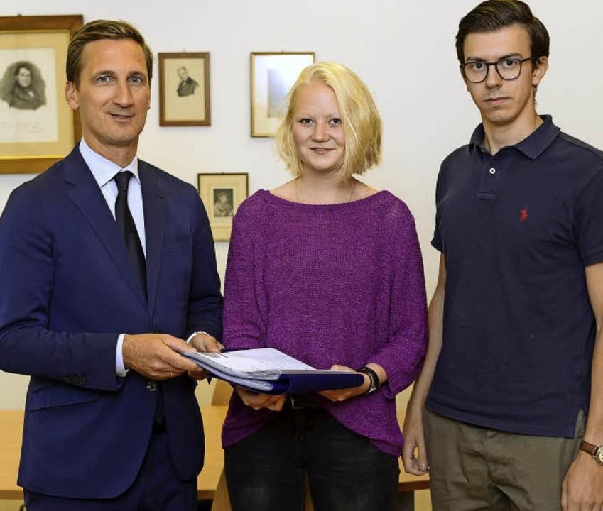 Jura-Dekan Boris Paal (links)  nimmt d...a haben 1041 Unterschriften gesammelt.  | Foto: Ingo Schneider