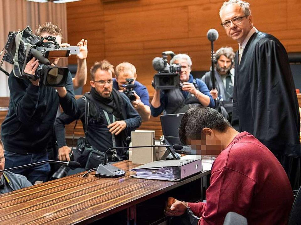 Hussein K. am vergangenen Dienstag, um...essefotografen. Neben ihm sein Anwalt.  | Foto: AFP