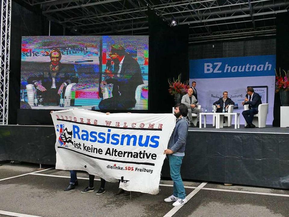 Vor dem Talk protestierten Aktivisten gegen die AfD.  | Foto: Wolfgang Grabherr
