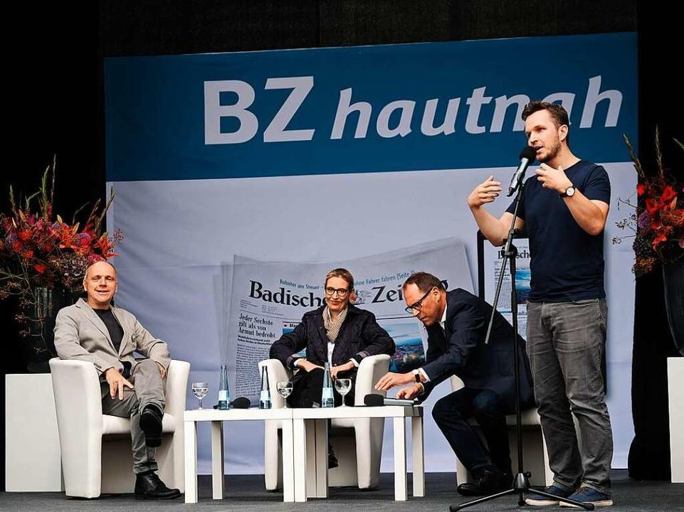 Poetry-Slammer Nik Salsflausen fasste das AfD-Programm zusammen.  | Foto: Miroslav Dakov