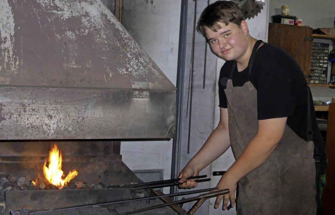 Zum runden Geburtstag der Dorfschmiede blieb das Eisen nicht kalt.   | Foto: Jutta Rogge
