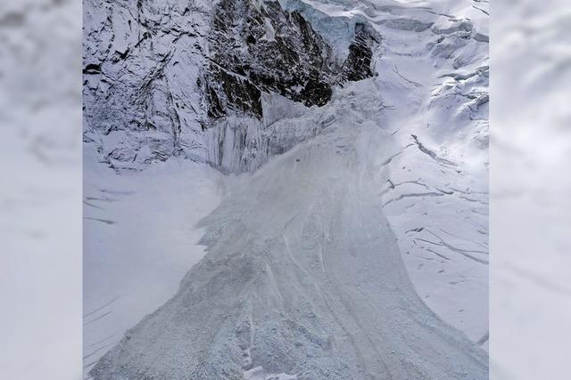 Am Triftgletscher bricht ein Stück Gletscherzunge ab