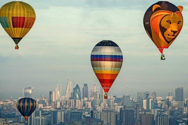 Heißluftballone schweben über London